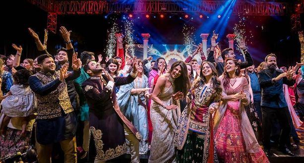 Lauantain seremoniaa seurasi perinteinen intialainen Sangeet-juhla, joka muodostui todelliseksi talent show -näytökseksi sukujen välillä.