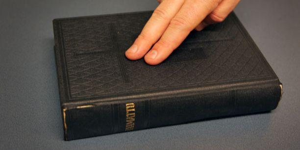 Kustannusosakeyhtiön toiminnan taustalla on raamattupiiristä alkunsa saanut lahko.