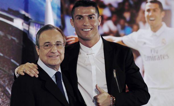 Florentino Pérez ja Cristiano Ronaldo poseerasivat vielä pari vuotta sitten tuoreen jatkosopimuksen kunniaksi. Nyt on mahdollista, että portugalilainen jättää Real Madridin.