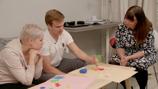 Ensitreffit alttarilla -pariskunta saa neuvoja Elina Tanskaselta.