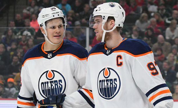 Jesse Puljujärvi (vas.) on päässyt pelaamaan Edmontonin ykkösketjussa Connor McDavidin (oik.) rinnalla.