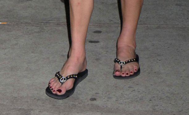 Juhlavat sandaalit ovat ok, varvassandaalit eivät edes kimallekoristeilla kuorrutettuna.
