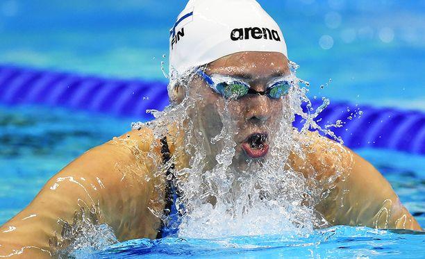 Jenna Laukkanen ui perjantaina 100 metrin sekauinnin finaalissa.