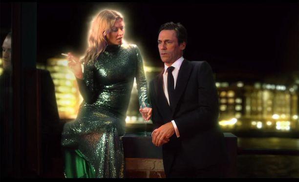 Kate Moss hengailee rennosti parvekkeen kaiteella, jutellen Jon Hammin kanssa.