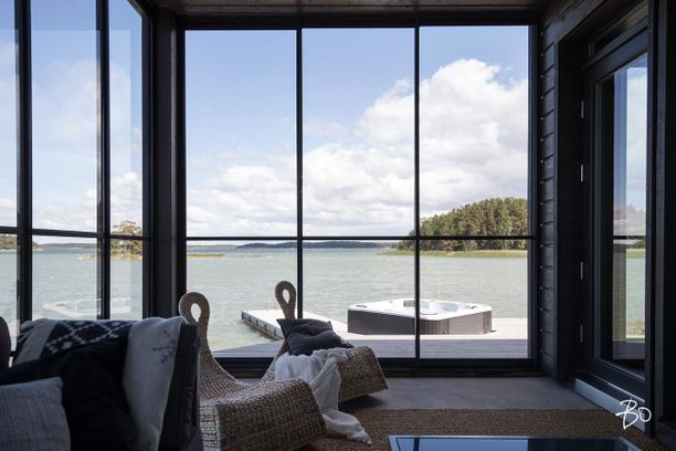 Kodista on esteetön merinäköala. Omakotitalolla on noin 140 metriä omaa rantaviivaa ja suurella tontilla on terassien lisäksi muun muassa venevaja, grillikatos ja rantasauna.