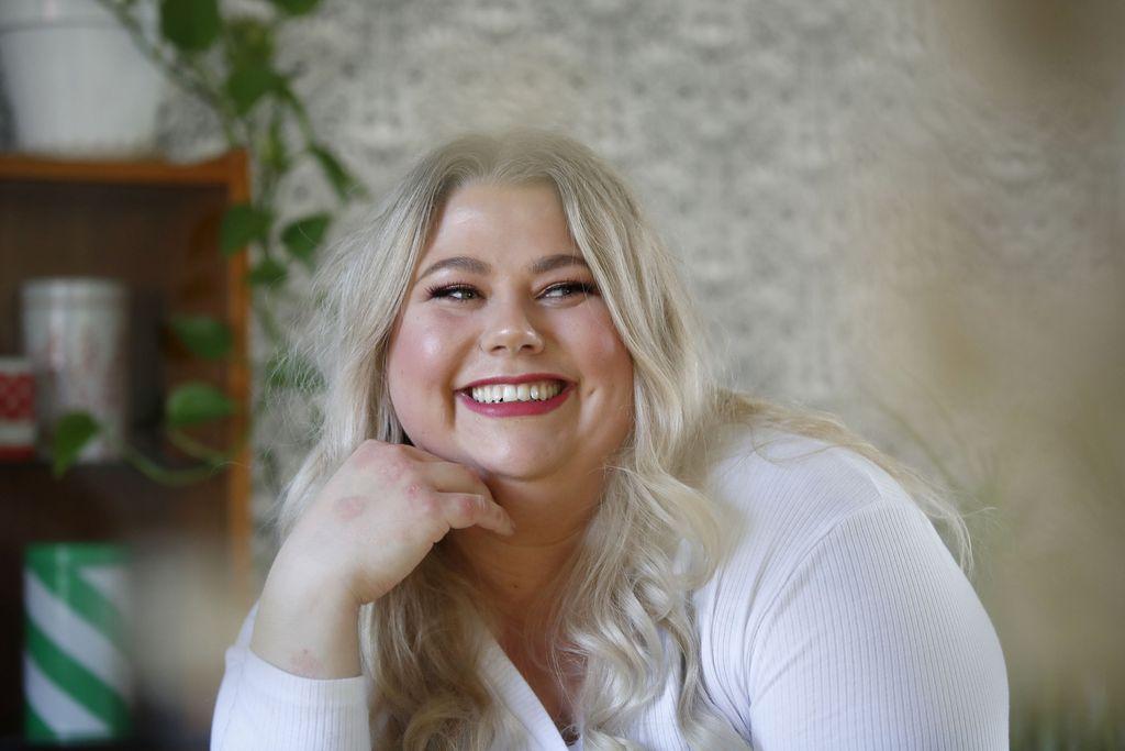 Ulvilalainen Jonna Ojala jäi pari vuotta sitten työttömäksi ja aloitti tyhjästä Meikkimuija-instatilin, jossa hän testaa erilaisia tuotteita ja tekee monenlaisia meikkejä.