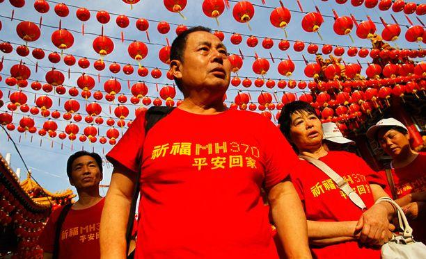 Koneen kiinalaismatkustajien sukulaiset kokoontuivat rukoilemaan Thean Houn temppeliin Kuala Lumpurissa.