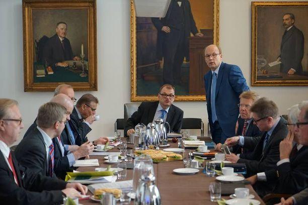 Kun yhteiskuntasopimuksesta neuvotellaan, pöydän päässä istuvat Juha Sipilä (kesk), SAK:n puheenjohtaja Lauri Lyly ja EK:n puheenjohtaja Matti Alahuhta.
