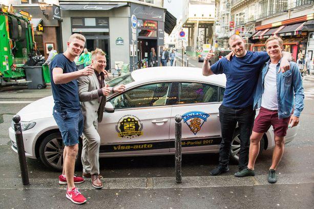 Kasperi Kantonen (vas.), Petteri Nummelin, Jonne Virtanen ja Aku Kantonen. Kantoset voittivat nettikisassa autoilumatkan lätkän MM-kisoihin. Nummelin ja Virtanen isännöivät poikia Pariisissa.