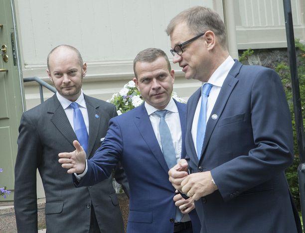 Budjetti on hieman alle 3 miljardia euroa alijäämäinen. Alijäämän Juha Sipilän hallitus kattaa ottamalla lisää velkaa.