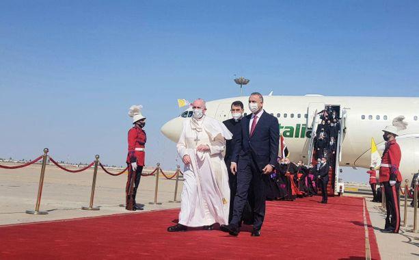 Irakin pääministeri Mustafa al-Kadhimi vastaanotti paavi Franciscuksen Bagdadin lentoasemalla perjantaina.