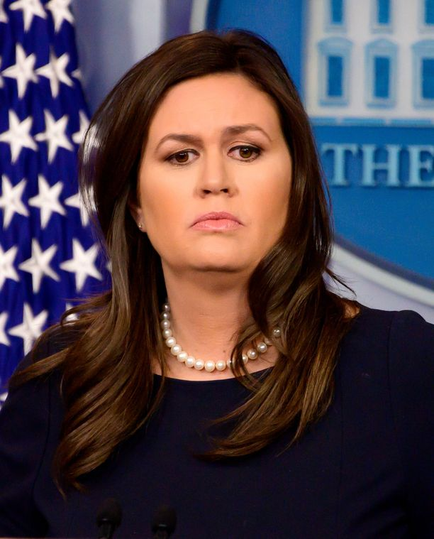Valkoisen talon väistyvää lehdistösihteeriä arvosteltiin amerikkalaismediassa muun muassa valehtelijaksi. Sandersin tyylin tavaramerkki oli helminauha, jota ilman häntä ei nähty julkisissa kuvissa.