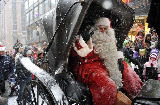VETONAULA Joulupukki tervehti joulukadun varrelle saapuneita lapsia ja aikuisia.
