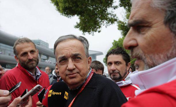 Sergio Marchionne (vas.) haluaa, että Maurizio Arrivabene pitää puhuttelun Kimi Räikköselle.