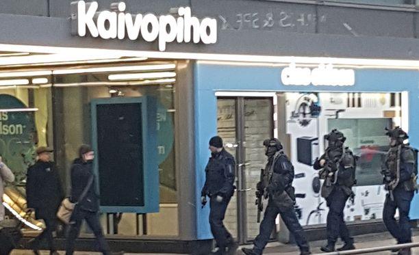 Poliisit olivat tapahtumapaikalla raskaasti varustautuneita.