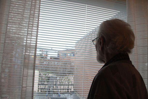 Aarre Virtasen päivät täyttyvät ikkunasta ulos katsomisesta ja televisiouutisista. Mies ei halunnut omia kasvojaan näkyviin valokuvissa.