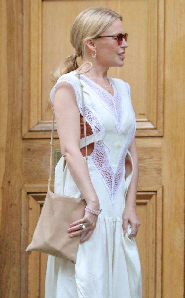 Kylie Minogue saapui tänään Abbey Road Studiosille seuraamaan Paul McCartneyn harvinaislaatuista yksityiskeikkaa.