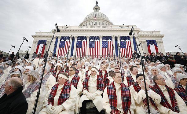 Mormonien kuoro jo odottelee Capitol-kukkulalla. Trump ei onnistunut houkuttelemaan eturivin tähtiä virkaanastujaisiinsa.