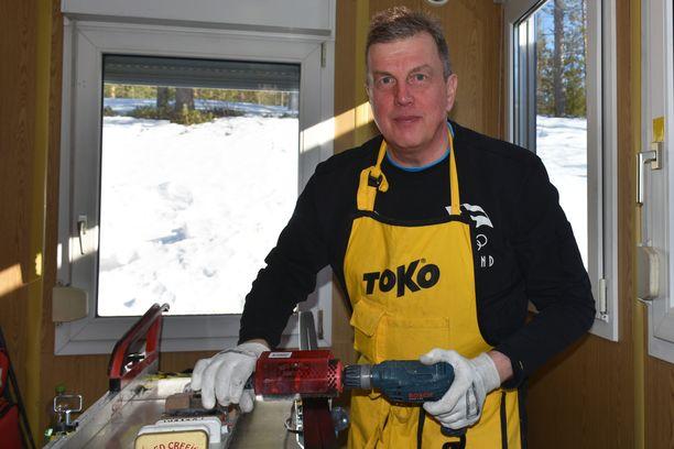 Ari Marjetta on Suomen johtavia suksihuoltajia.