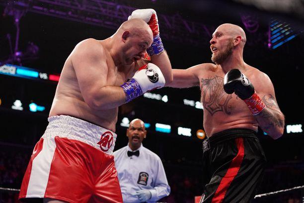 Robert Helenius (oikealla) aiheutti Adam Kownackille tämän ammattilaisuran ensimmäisen tappion.