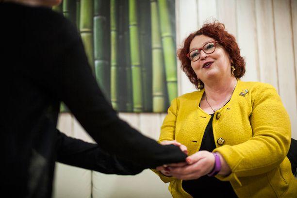 Ensi- ja turvakotien liiton pääsihteeri Riitta Särkelä on huolissaan päihdeäitien tulevasta kuntoutuksesta.