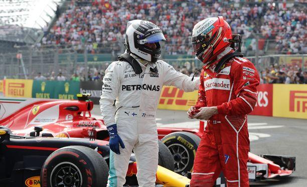 Valtteri Bottas (vas.) päihitti Kiinan GP:n aika-ajoissa oman tallitoverinsa Lewis Hamiltonin. Kimi Räikkönen taipui paalupaikkataistossa niukasti Sebastian Vettelille.
