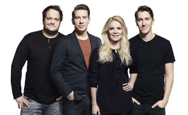 Kalle Lamberg, Aku Hirviniemi, Pamela Tola ja Jussi Vatanen tähdittävät Saturday Night Liveä, jonka alkamisaikaa myöhäistettiin tunnilla.
