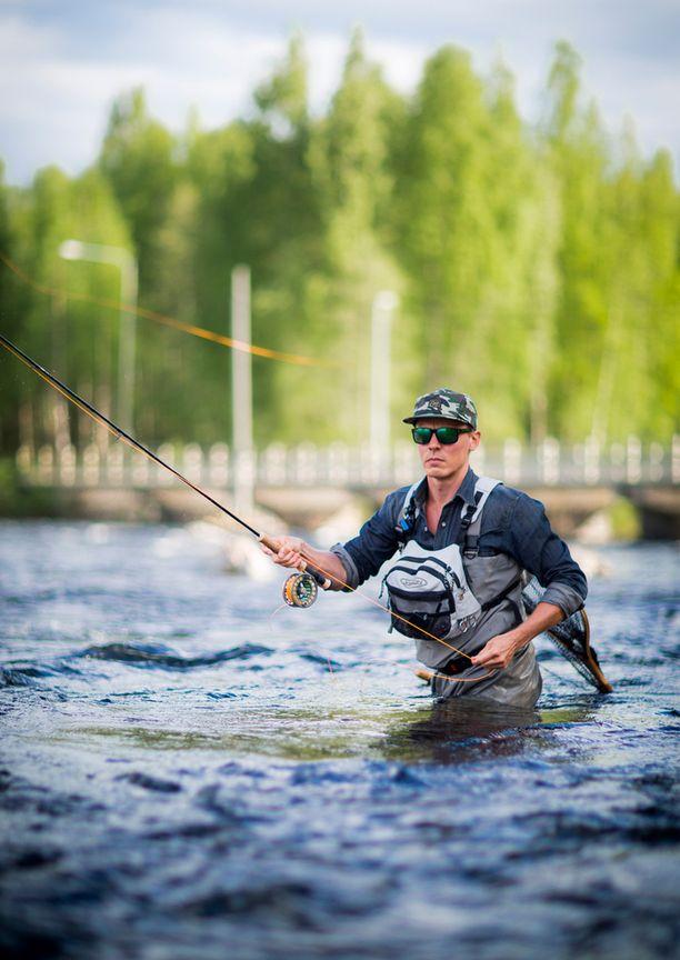 Jasper Pääkkönen kalastaa myös Suomessa. Tässä mallia Konnevedeltä vuonna 2013.