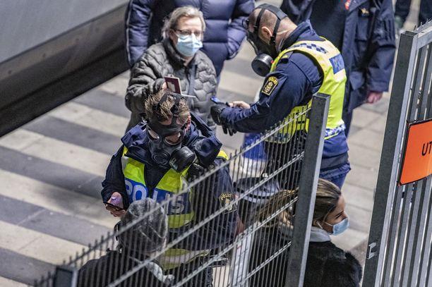 Tarttuvampaa virusmuotoa on ennen Ruotsia havaittu muun muassa Tanskassa. Tanskasta saapuville henkilöille suoritettiin rajatarkastusta Malmössä 22. joulukuuta.