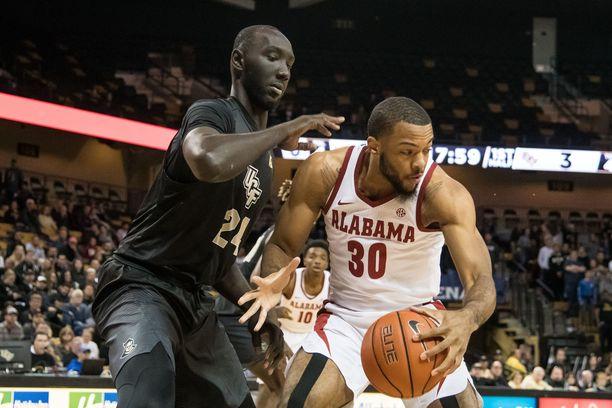 Tacko Fall (vasemmalla) on pidempi kuin yksikään tämän hetken NBA-pelaaja.