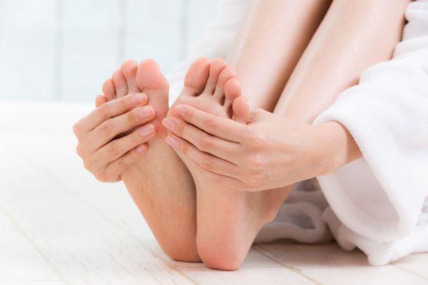 On tavallista, että jalat tuntuvat usein pökkelöiltä ja kengät kiristävät pitkän seisomisen tai istumisen jälkeen.