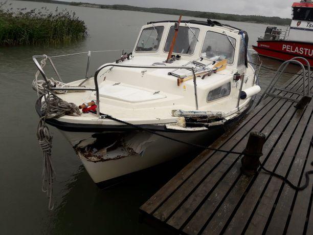 Matkavene vaurioitui onnettomuudessa.