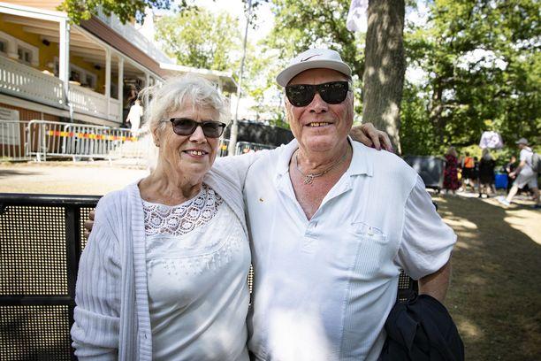 Tytti Helin ja Jorma Lindholm nauttivat Ruisrockin tunnelmista lauantaina.