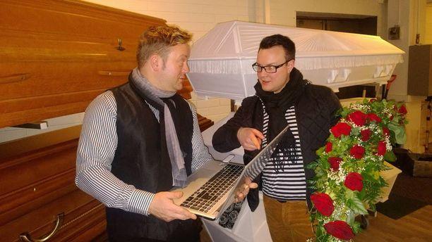 Hautaustoimistosuvun vesa Timo Virtanen suunnittelee toimistoapulainen Jouni Ristolaisen kanssa nettihautauksen tilausta Oriveden toimistossa tarkasti.