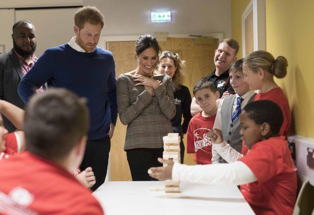 Prinssi harry ja Meghan nauttivat kouluvierailusta silmin nähden.