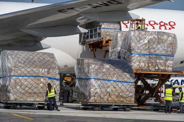 Tässä puretaan perjantaina Kiinasta Italiaan saapuneita tarvikkeita. Kyydissä oli muun muassa 11 miljoonaa suojanaamaria ja 400 000 koronavirustestiä.