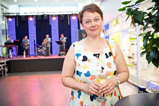 Paula Lehtomäki sai ulkomaankauppa- ja kehitysministerinä toimiessaan Eppujen nakukalenterin omistuskirjoituksen kera.