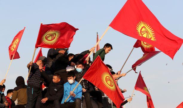 Mielenosoittajia pääkaupunki Biškekin keskusaukiolla maanantaina.