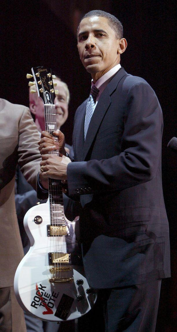 Obama nousi Illinoisin senaattoriksi vuonna 2005. Hän sai samana vuonna lahjaksi Gibsonin kitaran Rock the Vote Awards -illallisella, jossa palkittiin nuorten poliittista aktiivisuutta edistäneitä ihmisiä.