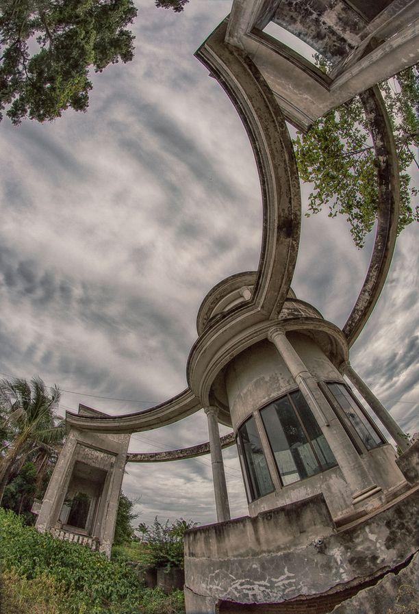 Näyttävä arkkitehtuuri on rapistunut aavemaiseksi.