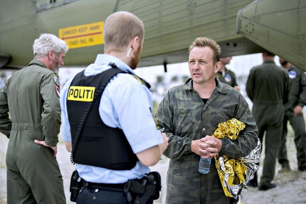 Keksijä Peter Madsen (oik.) puhui Tanskan poliisin kanssa satamassa perjantaina.