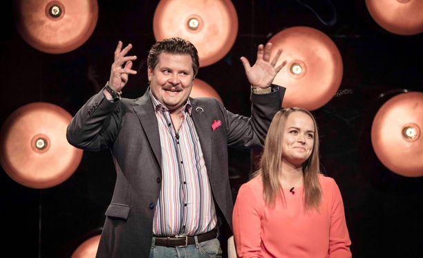 Janne Kataja vitsailee neiti X:lle eli 25-vuotiaalle Elina-nimiselle kätilölle.