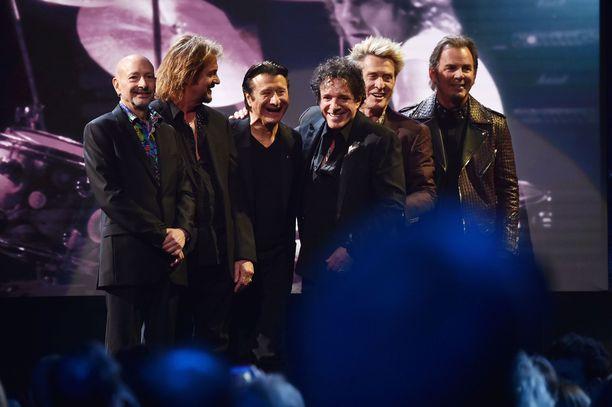 Journey valittiin vuonna 2017 Rock & Roll Hall of Fameen. Kuvassa vasemmalta oikealle Steve Smith, Gregg Rolie, Steve Perry, Neal Schon, Ross Valory ja Jonathan Cain.