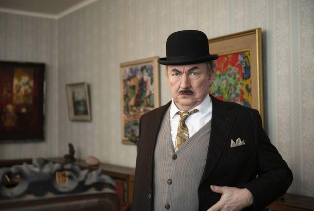 Levätkää rauhassa, komisario Palmu -näytelmän pääosassa on Aimo Räsänen. Kuvat on otettu Mika Waltarin kodissa.