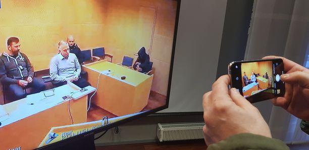 Erilaisia teknisiä haasteita liittyy videoneuvotteluihin ja tulkkaamiseen. Kyseinen vangittu vapautettiin myöhemmin. Epäily olikin perätön.
