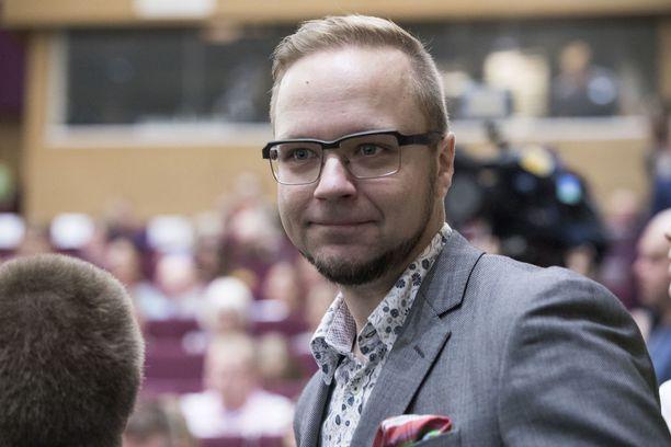 Vihreiden kansanedustaja Olli-Poika Parviainen muutti myös mieltään.