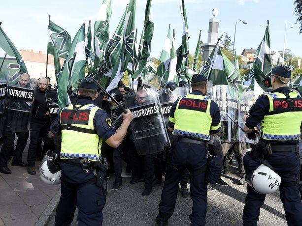 Uusnatsijärjestö Pohjoismaisen vastarintaliikkeen mielenosoitus leimahti väkivaltaiseksi Göteborgissa 30. syyskuuta 2017.