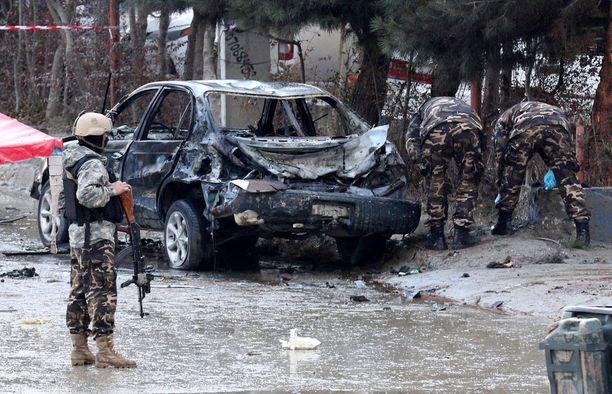 Amnesty korostaa, että Afganistan on erittäin vaarallinen. Kuvassa turvallisuusviranomaiset tarkastavat itsemurhapommittajan jäljiltä autoa Kabulissa 16. marraskuuta.