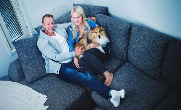 Antti ja Anna Raannan sekä Maisa-koiran elämään tuli alkuvuodesta pieni Evelyn-tyttövauva.