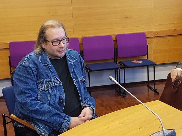 Potkut Yö-yhtyeestä saanut Asko Terävä saapui myös käräjille.